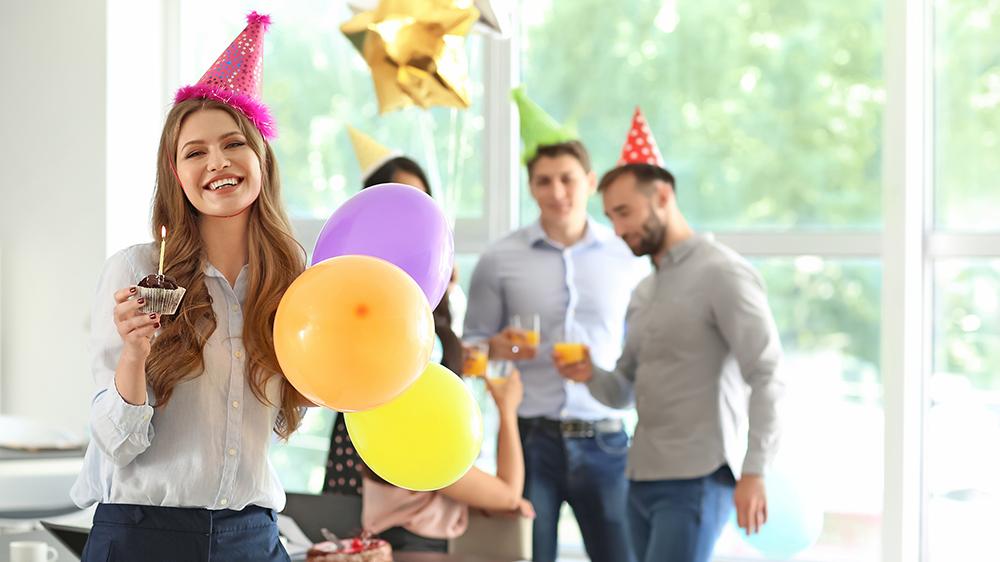 企業で誕生日祝う